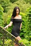 Ελκυστική νέα γυναίκα που απολαμβάνει το χρόνο της έξω στο πάρκο Στοκ Εικόνα