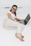 Ελκυστική νέα γυναίκα που εργάζεται στο lap-top της στο σπίτι Στοκ φωτογραφία με δικαίωμα ελεύθερης χρήσης