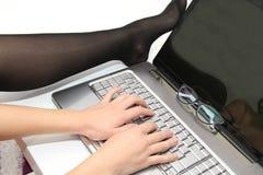 Ελκυστική νέα γυναίκα που εργάζεται στο lap-top της στο σπίτι Στοκ φωτογραφίες με δικαίωμα ελεύθερης χρήσης