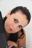 Ελκυστική νέα γυναίκα που εργάζεται στο lap-top της στο σπίτι Στοκ εικόνες με δικαίωμα ελεύθερης χρήσης
