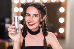 Ελκυστική νέα γυναίκα που κάνει τη σύνθεση στο βεστιάριο Στοκ εικόνα με δικαίωμα ελεύθερης χρήσης