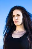 Ελκυστική νέα γυναίκα που κοιτάζει μακριά Στοκ εικόνα με δικαίωμα ελεύθερης χρήσης