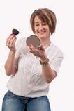 Ελκυστική νέα γυναίκα που κρατά μια βούρτσα και έναν καθρέφτη στα χέρια της, Στοκ Εικόνα