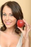 Ελκυστική νέα γυναίκα που κρατά την ενιαία φρέσκια ώριμη Juicy Apple Στοκ Εικόνες
