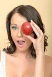 Ελκυστική νέα γυναίκα που κρατά την ενιαία φρέσκια ώριμη Juicy Apple Στοκ Εικόνα