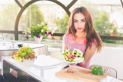 Ελκυστική νέα γυναίκα που κρατά τη σαλάτα φρέσκων λαχανικών Στοκ Φωτογραφία