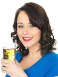 Ελκυστική νέα γυναίκα που πίνει το χυμό της Apple Στοκ εικόνες με δικαίωμα ελεύθερης χρήσης