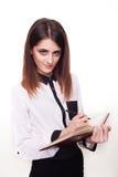 Ελκυστική νέα γυναίκα που παίρνει τις σημειώσεις για να μην ξεχάσει somet Στοκ φωτογραφία με δικαίωμα ελεύθερης χρήσης