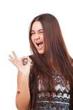 Ελκυστική νέα γυναίκα που παρουσιάζει εντάξει σημάδι Στοκ Εικόνα