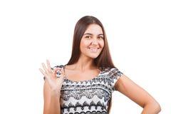 Ελκυστική νέα γυναίκα που παρουσιάζει εντάξει σημάδι Στοκ εικόνα με δικαίωμα ελεύθερης χρήσης
