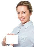 Ελκυστική νέα γυναίκα που παρουσιάζει κενό κενό σημάδι καρτών εγγράφου με το διάστημα αντιγράφων για το κείμενο Στοκ εικόνες με δικαίωμα ελεύθερης χρήσης