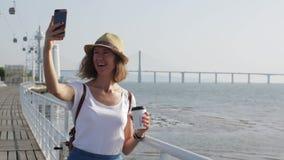 Ελκυστική νέα γυναίκα που περπατά στη Λισσαβώνα κοντά στον ποταμό Tajus στο πάρκο των εθνών φιλμ μικρού μήκους