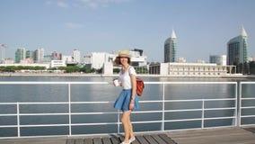 Ελκυστική νέα γυναίκα που περπατά στη Λισσαβώνα κοντά στον ποταμό Tajus στο πάρκο των εθνών απόθεμα βίντεο
