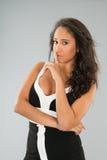 Ελκυστική νέα γυναίκα που στέκεται στο γκρίζο υπόβαθρο Στοκ Φωτογραφίες