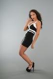Ελκυστική νέα γυναίκα που στέκεται στο γκρίζο υπόβαθρο Στοκ φωτογραφία με δικαίωμα ελεύθερης χρήσης
