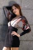 Ελκυστική νέα γυναίκα σε ένα σεξουαλικό φόρεμα Στοκ Εικόνες