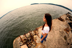 Ελκυστική νέα γυναίκα στην παλαιά αποβάθρα η θάλασσα Στοκ Εικόνα