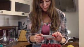 Ελκυστική νέα γυναίκα brunette που κάνει τις εικόνες του κέικ της Ερασιτεχνικό μαγείρεμα και κοινωνική έννοια μέσων Steadicam 4K φιλμ μικρού μήκους