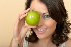 Ελκυστική νέα εκμετάλλευση η φρέσκια ώριμη Juicy πράσινη Apple γυναικών Στοκ Εικόνα