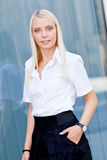 Ελκυστική νέα επιτυχής χαμογελώντας επιχειρησιακή γυναίκα που στέκεται υπαίθρια Στοκ Φωτογραφίες
