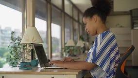 Ελκυστική νέα επιχειρηματίας που εργάζεται στον υπολογιστή στο γραφείο απόθεμα βίντεο