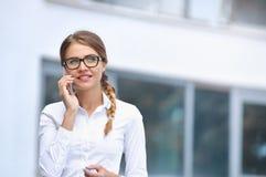 Ελκυστική νέα επιχειρηματίας που μιλά στο smartphone Στοκ φωτογραφία με δικαίωμα ελεύθερης χρήσης