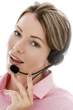 Ελκυστική νέα επιχειρησιακή γυναίκα που χρησιμοποιεί μια τηλεφωνική κάσκα Στοκ Εικόνες