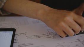 Ελκυστική νέα θηλυκή εργασία αρχιτεκτόνων κινηματογραφήσεων σε πρώτο πλάνο φιλμ μικρού μήκους