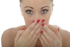 Ελκυστική νέα καυκάσια γυναίκα που καλύπτει το στόμα της στον κλονισμό και στοκ φωτογραφίες