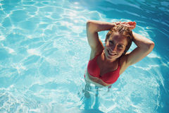 Ελκυστική νέα κυρία σε μια πισίνα στοκ εικόνα