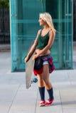 Ελκυστική νέα περιστασιακή γυναίκα με skateboard Στοκ Εικόνα