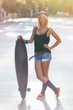 Ελκυστική νέα περιστασιακή γυναίκα με skateboard Στοκ Φωτογραφία