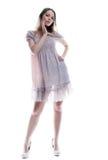 Ελκυστική νέα τοποθέτηση γυναικών ετερόκλητο σε sarafan στοκ φωτογραφία με δικαίωμα ελεύθερης χρήσης
