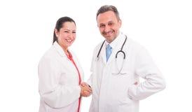 Ελκυστική νέα χειραψία γιατρών με το θηλυκό γιατρό Στοκ Εικόνες