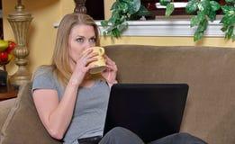 Ελκυστική ξανθή γυναίκα με το lap-top και τον καφέ στοκ φωτογραφία με δικαίωμα ελεύθερης χρήσης
