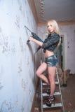 Ελκυστική ξανθή γυναίκα με το puncher Στοκ φωτογραφίες με δικαίωμα ελεύθερης χρήσης