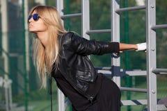 Ελκυστική ξανθή γυναίκα που συμμετέχεται στη σωματική άσκηση στοκ φωτογραφία