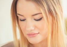 Ελκυστική ξανθή γυναίκα Στοκ Εικόνες