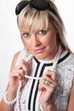 Ελκυστική ξανθή κυρία που φορά την αναδρομική εξάρτηση ύφους Στοκ Εικόνα