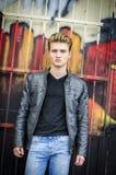 Ελκυστική ξανθή μαλλιαρή στάση νεαρών άνδρων Στοκ εικόνες με δικαίωμα ελεύθερης χρήσης