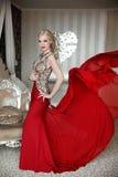 Ελκυστική ξανθή πρότυπη φθορά γυναικών στο κομψό φόρεμα με το blowi Στοκ Εικόνες