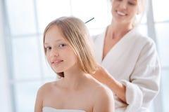Ελκυστική ξανθή στάση παιδιών που καλύπτεται στην πετσέτα Στοκ φωτογραφία με δικαίωμα ελεύθερης χρήσης