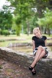 Ελκυστική ξανθή τοποθέτηση κοντά στη λίμνη στοκ εικόνες με δικαίωμα ελεύθερης χρήσης