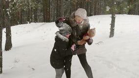 Ελκυστική οικογένεια που έχει τη διασκέδαση σε ένα χειμερινό πάρκο 96fps απόθεμα βίντεο