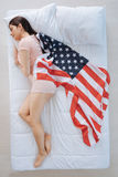 Ελκυστική πατριωτική γυναίκα που ονειρεύεται τις ΗΠΑ Στοκ Εικόνα