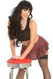 Ελκυστική προκλητική γοητευτική νέα κλασική καρφίτσα επάνω στο πρότυπο στις γυναικείες κάλτσες διχτυών ψαρέματος και τη μίνι φούσ στοκ εικόνες με δικαίωμα ελεύθερης χρήσης