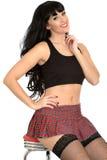 Ελκυστική προκλητική γοητευτική νέα κλασική καρφίτσα επάνω στο πρότυπο στις γυναικείες κάλτσες διχτυών ψαρέματος και τη μίνι φούσ Στοκ Εικόνα