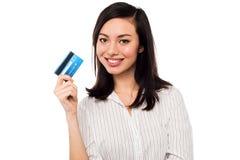 Ελκυστική πρότυπη επιδεικνύοντας πιστωτική κάρτα Στοκ Εικόνες