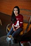 Ελκυστική πρότυπη συνεδρίαση τρίχας brunette στη καφετερία στοκ εικόνες