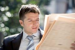 Ελκυστική συνεδρίαση επιχειρηματιών υπαίθρια στις ειδήσεις εφημερίδων ανάγνωσης ξημερωμάτων μικρής διακοπής προγευμάτων που φαίνο στοκ φωτογραφία με δικαίωμα ελεύθερης χρήσης